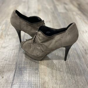 G by Guess 8 1/2 Gray Heels